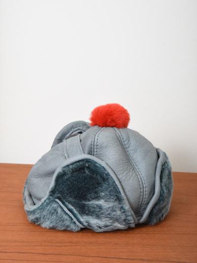Mössa Fårskinn, gråblå/röd tofs